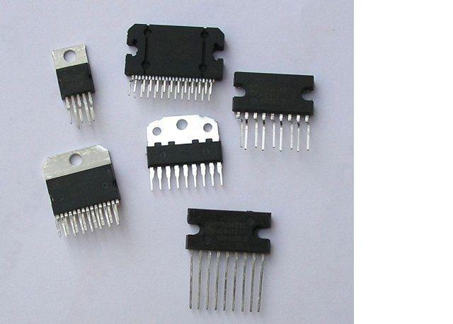 componenti elettronici- integrati, resistenze , condensatori, potenziometri