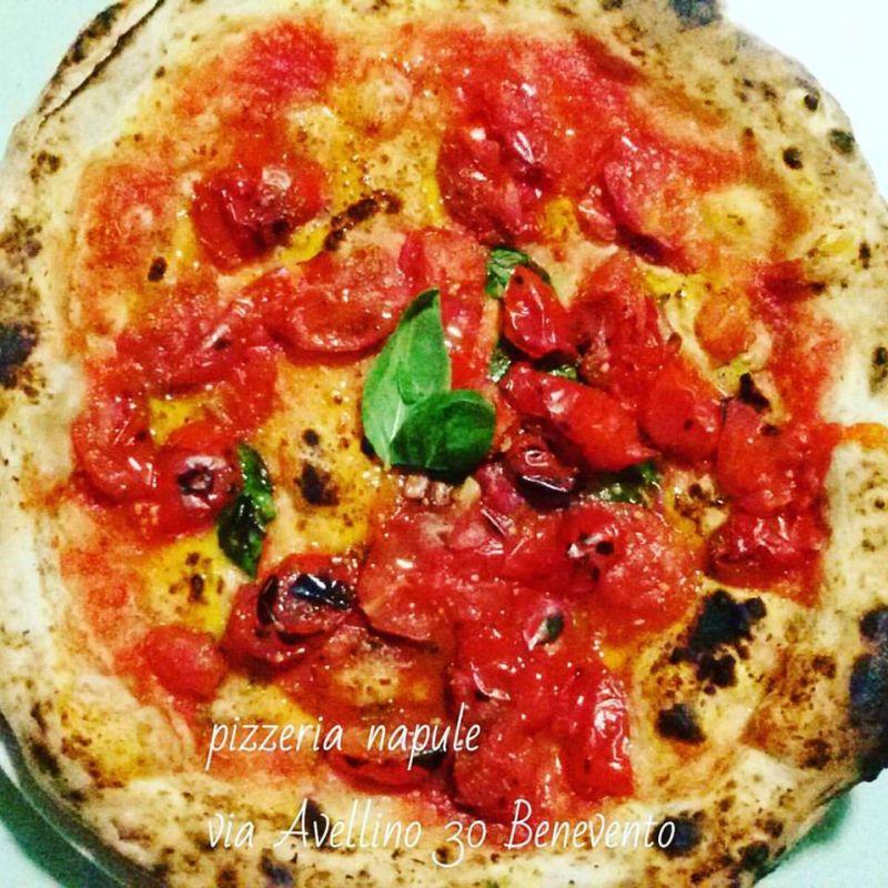 alla pizzeria napule trovi quest opera darte marinara con pomodorini del piennolo