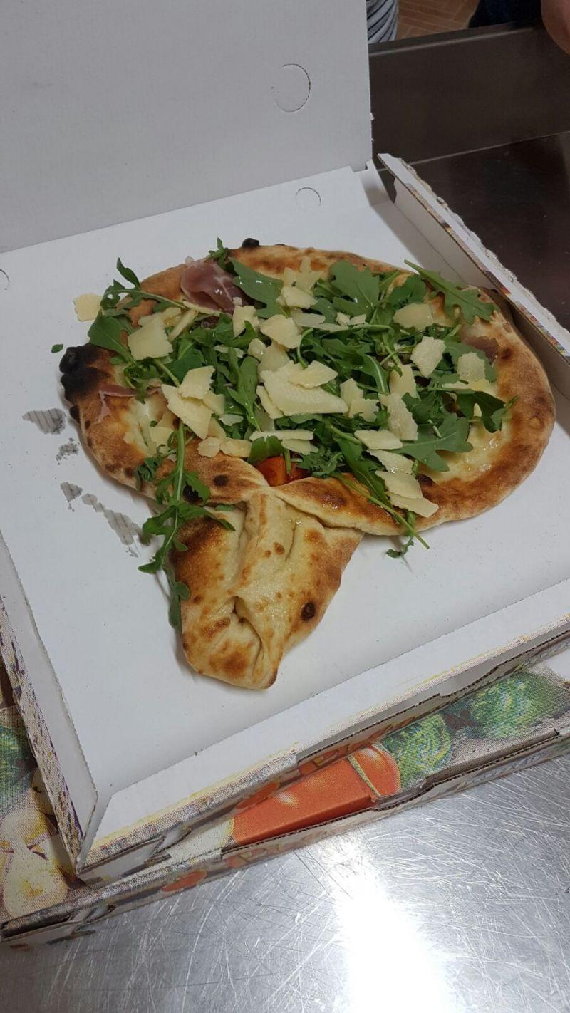alla pizzeria da ernesto trovi la racchetta