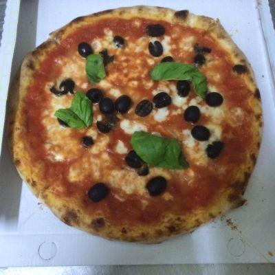da pizza capricci ti aspetta margherita con mozzarella doc e olive nere e tanto