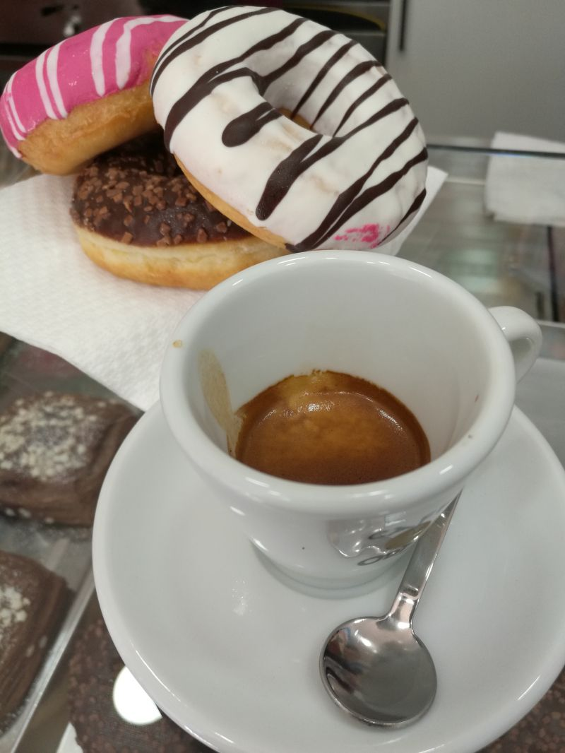 vieni da mr donuts grafferia caffetteria a fare la colazione i donuts sono buonissimi ed il