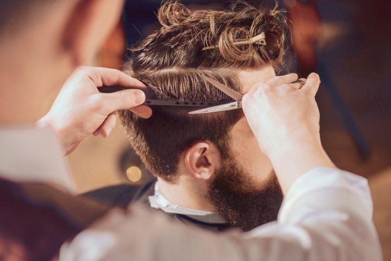 offerta barbiere specializzato in rasature modellature barba - occasione cura della barba