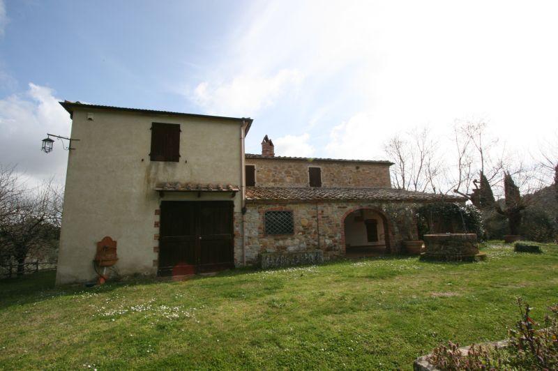 Trequanda vendesi casale in pietra e mattoni di mq 440