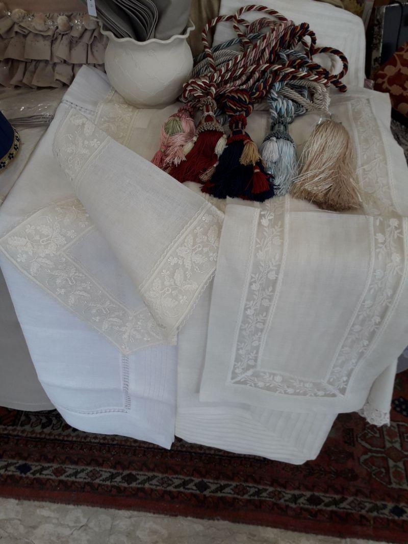 offerta Ricami eseguiti a mano su lenzuola e tovaglie - occasione pizzi decorate a mano
