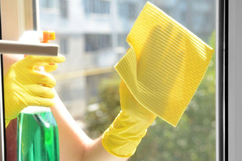 Offerta pulizia professionale di vetrate edifici -Promozione lavaggio vetri degli uffici Verona