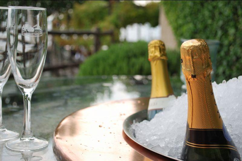 Offerta aperitivo a Punta San Vigilio Baia Delle Sirene Promozione aperitivo sul Lago Di Garda