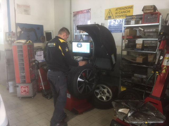 CAMBIO GOMME ESTIVE INVERNALI GARAGE VIA NOVA montaggio equilibratura
