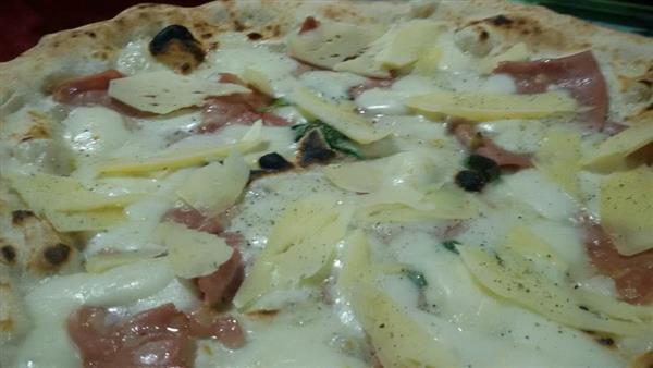 alla pizzeria napule la pizza con caciocavallo di castelfranco che squisitezza amici