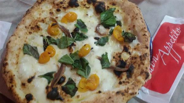 alla pizzeria napule trovi pizza datterini gialli con alici di cetara