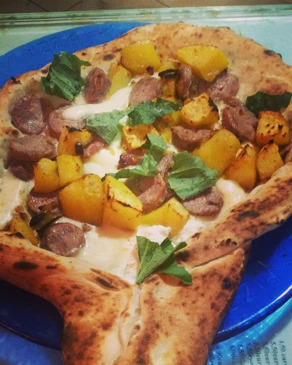 alla pizzeria napule racchetta sasicc e patan con manico ripieno di ricotta vienici a trovare