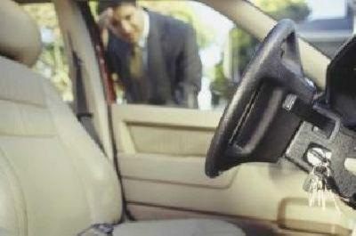 sei rimasto chiuso fuori dalla tua auto chiamaci