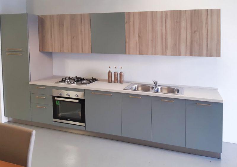 Cucina lineare 360 verde pensili legno top chiaro