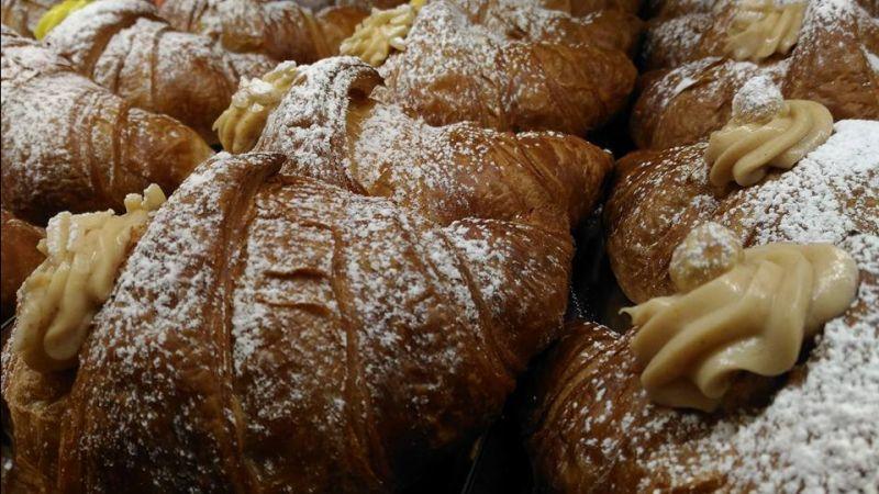 offerta brioches artigianali cioccolata calda con panna - occasione torte dolci pasticcini