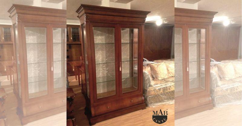 promozione vendita mobili e arredamento classico per soggiorno - offerta vetrina in noce Como