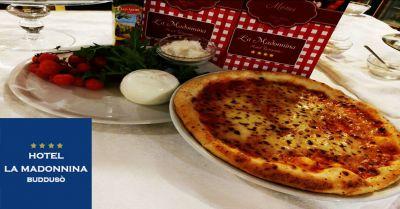 offerta pizza cotta forno a legna budduso sardegna occasione pizzeria albergo la madonna