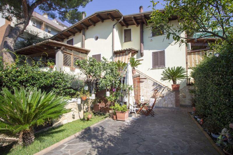 QUADRIFOGLIO IMMOBILIARE Offerta porzione villa bifamiliare terrazzo giardino Roma Travertino