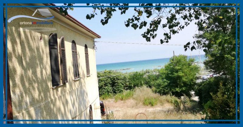 ORTONAIMMOBILIARE - Offerta vendita villa con taverna e garage fronte mare località Lido Riccio