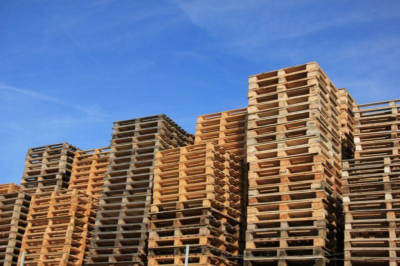 Offerta acquisto di bancali pallet in legno-Promozione ritiro e restauro bancali pallets legno