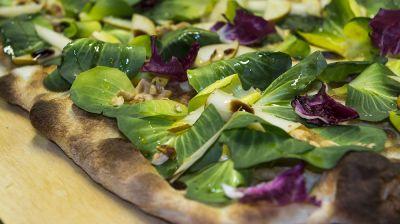 pizza con ingredienti selezionati di stagione san savino