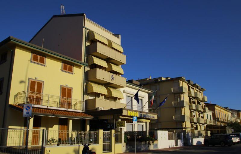 HOTEL LA VELA - VERSILIA Offerta pernottamento in versilia albergo lungomare lido di Camaiore