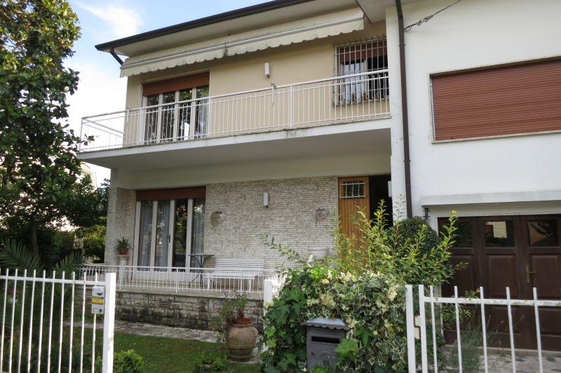 Pietrasanta zona residenziale - offerta villa singola con giardino.
