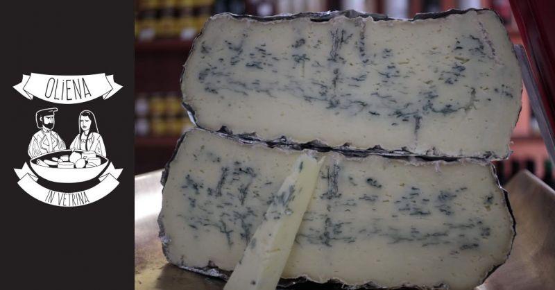 Oliena in Vetrina prodotti tipici Sardi - offerta formaggio pecorino rocca forte erborinato