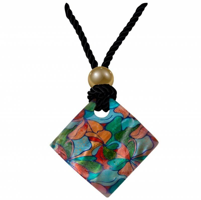 collane con medaglioni colorati in madreperla