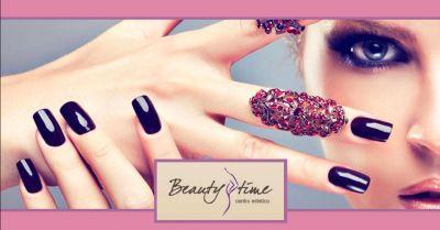 offerta applicazione smalto semipermanente occasione servizio manicure e pedicure mantova