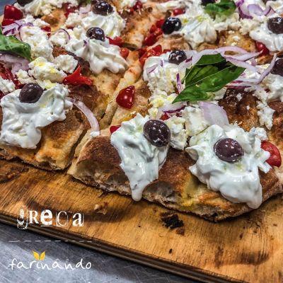 pizza con ingredienti selezionati di stagione camerata picena pizzeria camerata picena