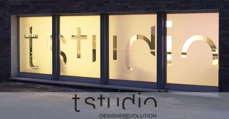 Italienisches Unternehmen, spezialisiert auf Design, Grafikdesign von Damenschuhen, Lederwaren, Cornershop