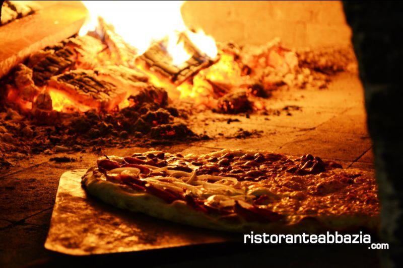 ABBAZIA RISTORANTE PIZZERIA offerta pizza cotta nel fono a legna- promozione pizza tradizionale
