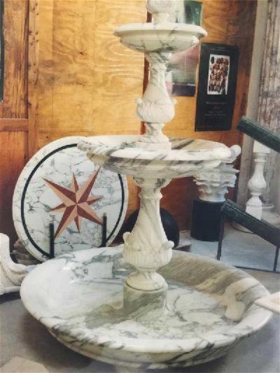 fontana e tavolo in marmo bianco venato