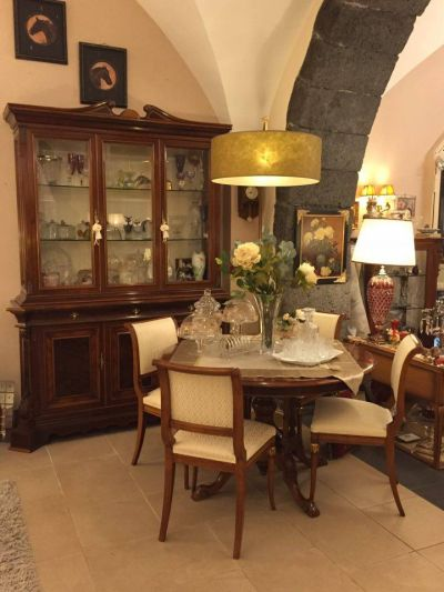 vetrina classica in noce e radica stile primi 900 con tavolo coordinato