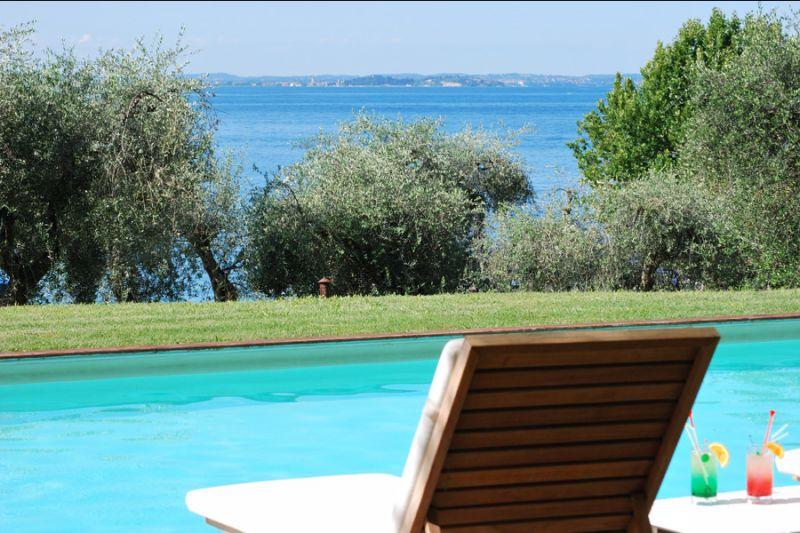 offerta hotel con piscina punta san vigilio promozione piscina zona relax baia delle sirene